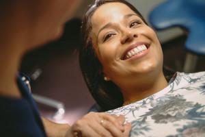 sourire patiente après pose de facettes dentaires