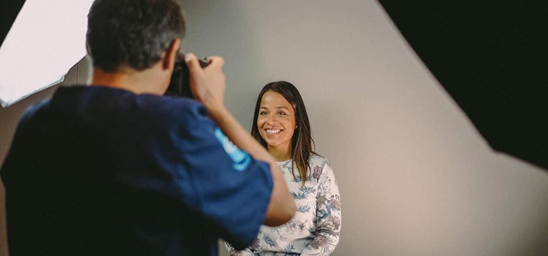 séance photo avec une patiente avant soins d'esthétique dentaire