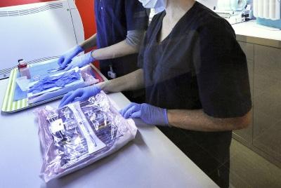 chirurgiens dentistes en train de stériliser instruments asepsie